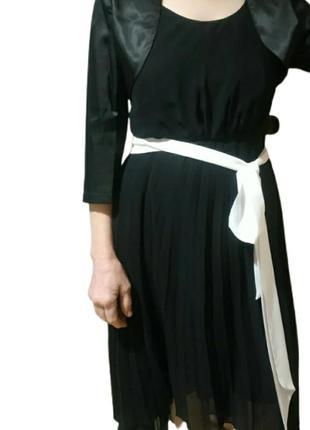 Платье нарядное асимметричное черное плиссированное с белым поясом