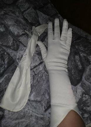 Атласные перчатки с интересными манжетами