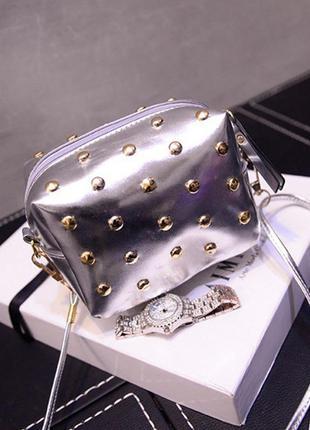 Серебристая сумка кроссбоди\ клатч через плечо с заклепками (шипами) на длинном ремешке