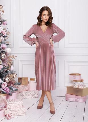 Велюровое платье с декольте на запах