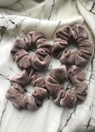 Бархатная резинка для волос в пудровом/нюдовом цвете