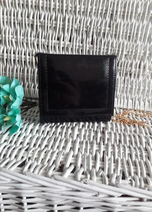 Очень красивая лаковая сумка клатч на длинной цепочке