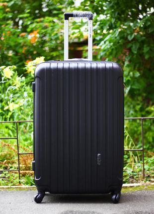 Пластиковый чемодан черный