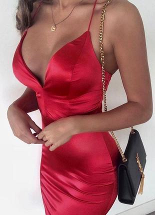 Красивое платье с глубоким v-образным декольте и на тонких бретелях 😍