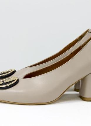 Эксклюзивные кожаные туфли светло-бежевого цвета с брошкой