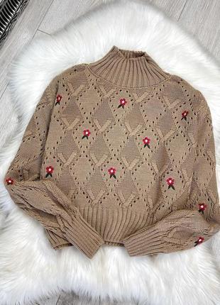 Женский вязаный свитер  с ромбами и цветочной вышивкой