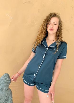 Шелковая пижама в стиле victoria secret. атласная пижама шорты и рубашка изумрудная м-л