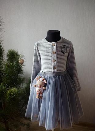 Дуже красиве плаття з довгими рукавами та фатинова спідниця