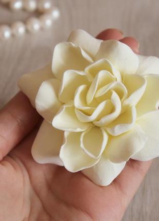 Заколка для волос крупный бежевый цветок гардении. подарок девушке,женщине