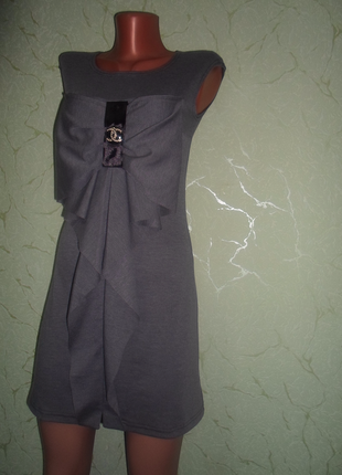 Оригинальное трикотажное  серое платье с объемным бантом