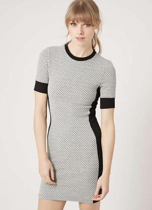 Обтягивающе фактурное платье футляр с принтом topshop