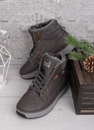 Зимние кроссовки разные цвета