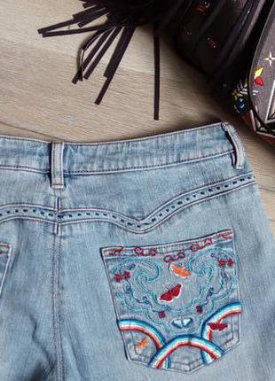 Знижки на все літнє і подарунки! супер джинси з вишивкою на кишенях