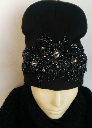 Модная женская шапка с красивой вышивкой.