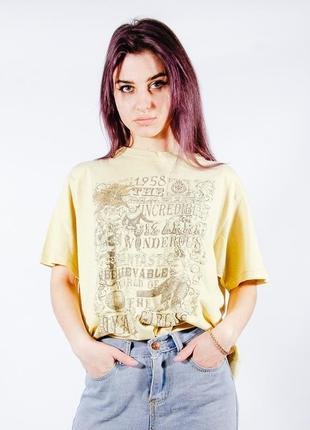 Желтая футболка женская
