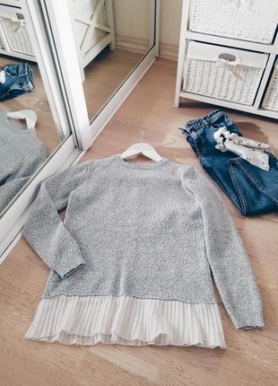 Серый базовый свитер букле с плиссе, плиссированным низом