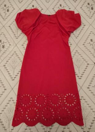 Платье с пишными рукавами и перфорацией подола