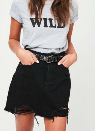 Черная джинсовая юбка с рваностями необработаным краем с потёртостями