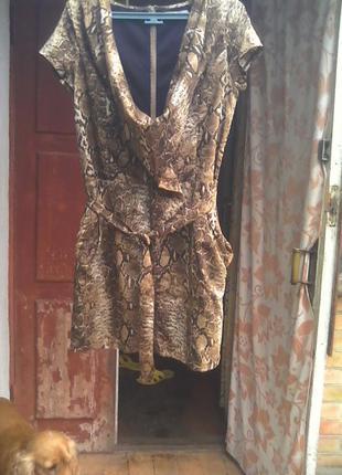 Симпатичное платье-баллон, леопардового цвета,с интересной горловиной.