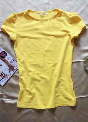 Ярко-желтая футболочка