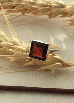 Серебряное кольцо с натуральным камнем гранат