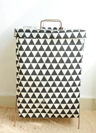 Корзина-сумка для белья, игрушек, белая. черные треугольники.
