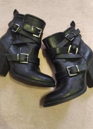 Чорні ботинки
