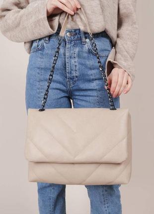 Стёганая сумка с ремешком-цепкой бежевая