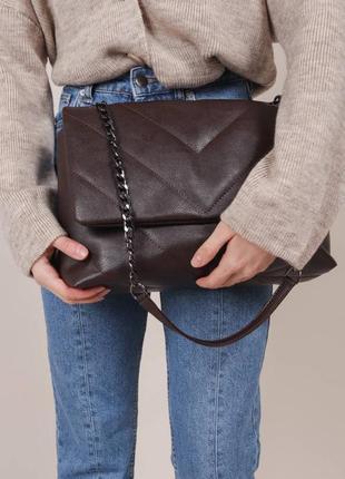 Стёганая сумочка с ремешком-цепкой цвета шоколад