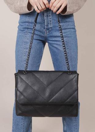 Стёганая сумочка с ремешком-цепкой чёрная