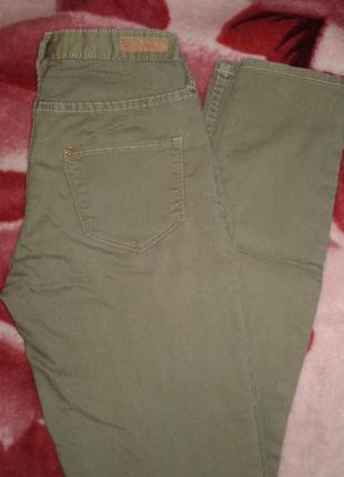 Легкие джинсы болотного цвета
