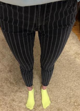 Серые джинсы скинни  в полоску