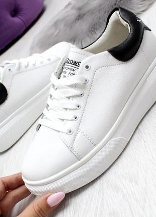 Кроссовки белые с черной пяткой