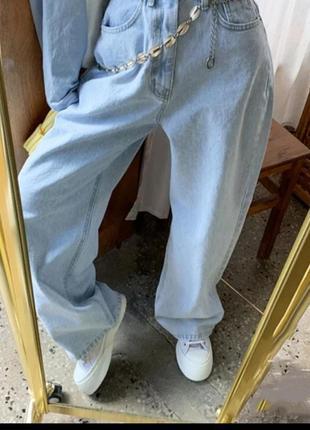 Широкие трендовые джинсы