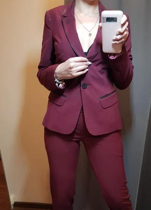 Брючный костюмчик цвета марсал