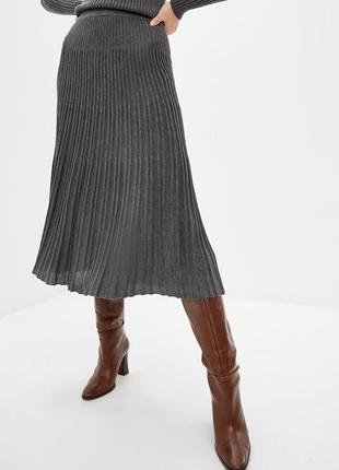 Актуальная вязаная плиссированная юбка миди