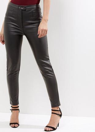 Новые черные брюки под кожу на высокой посадке new look / кожаные брюки