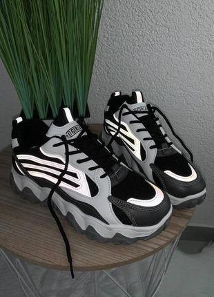 Круті кросівки з рефлективними вставками