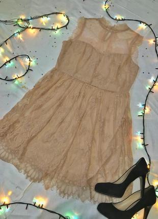 Нежное платье с кружевом и коротким рукавом