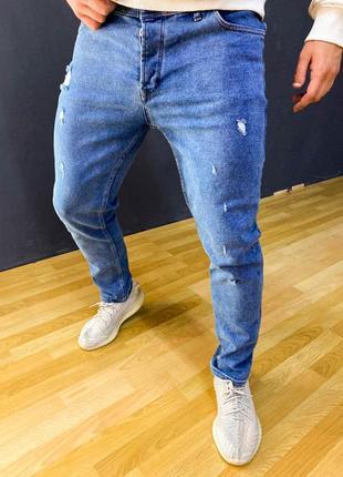 Светло голубые джинсы зауженные с потертостями