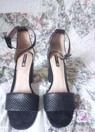Кожаные босоножки на устойчивом каблуке