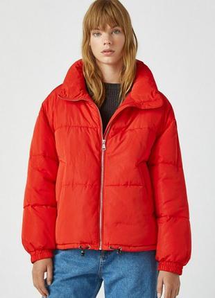 Стеганая куртка pull&bear красного цвета с воротником-трубой