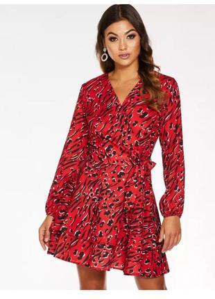 Платье короткое на запах quiz с воланом в принт