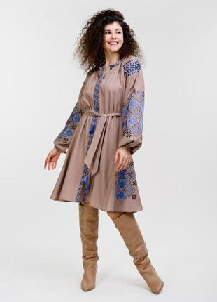 Платье-вышиванка расклешенное от талии с геометрией гладью кофейное