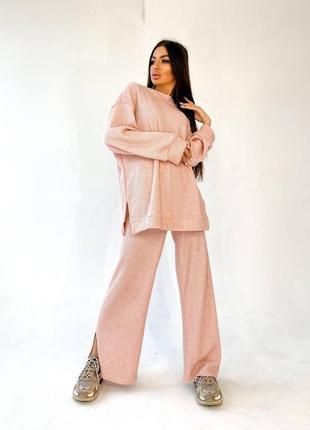 Вязанный костюм с расклешенными штанинами