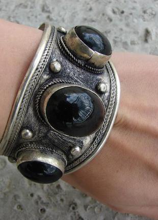 Тибетский широкий массивный браслет с черными камнями в стиле бохо этно. цвет серебро