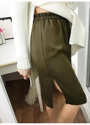 Стильная сатиновая юбка с высокой талией и разрезами цвета хаки h&m