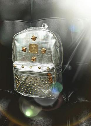 Серебряный рюкзак в заклепках.