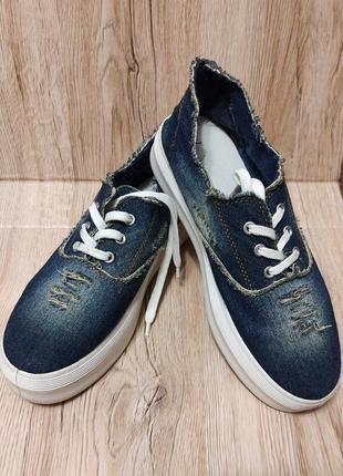 Слипоны женские джинсовые. шнуровка, с нашивкой. р-38 на ногу 37