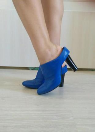 Синие кожаные сабо на каблуке